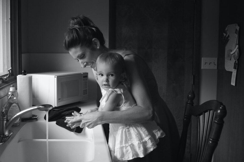 Nesebičnost mama neće spasiti svet; njihov neplaćeni rad hoće